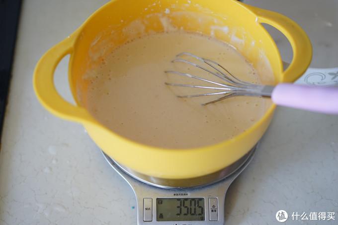 以下都是做24个小丸子的量。200g粉,一个50g的鸡蛋和350g的水,搅拌均匀,就做成了小丸子液了,液的比例是比较稀的,可流动的