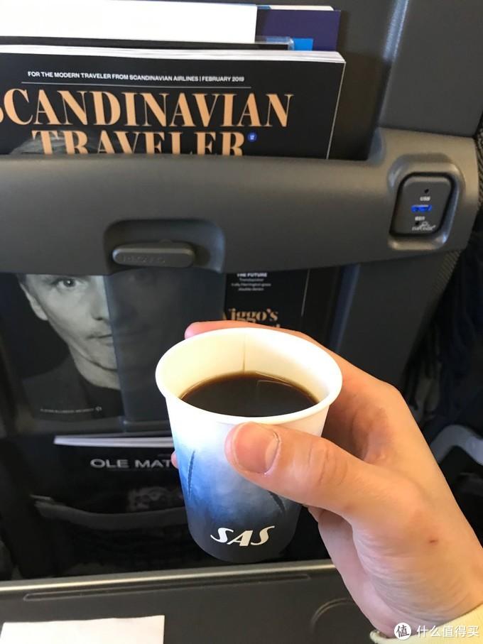 北欧航空提供咖啡,但是没有餐食,从哥本哈根飞雷克雅未克2个多小时就到了,这2个多小时我是肯定睡不着的,望着窗外的蓝天,内心兴奋又忐忑,兴奋的是终于到达了冰岛,忐忑的是登机前看了天气预报今天虽然晴朗,但是风很大。