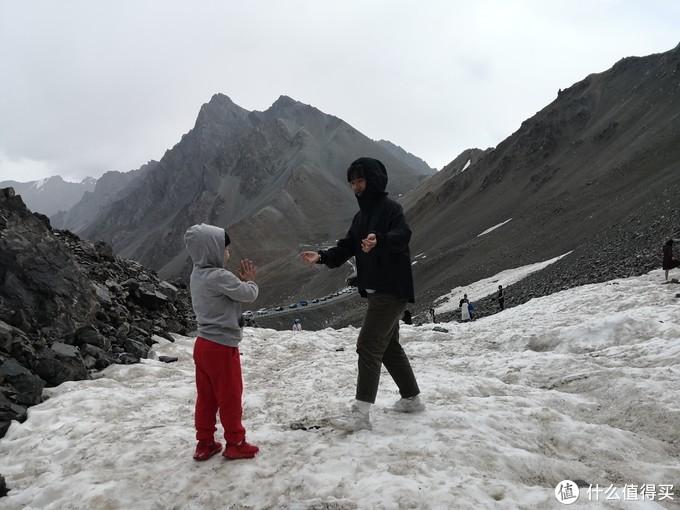 冰下面是融水,只能打雪球,坐下去屁股马上湿