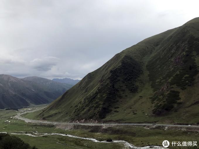 高山。峡谷。小河。羊群。