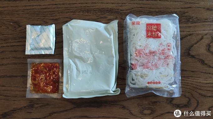 内里的包装有4分,一个配料,一个辣椒,一个汤头,一个米粉