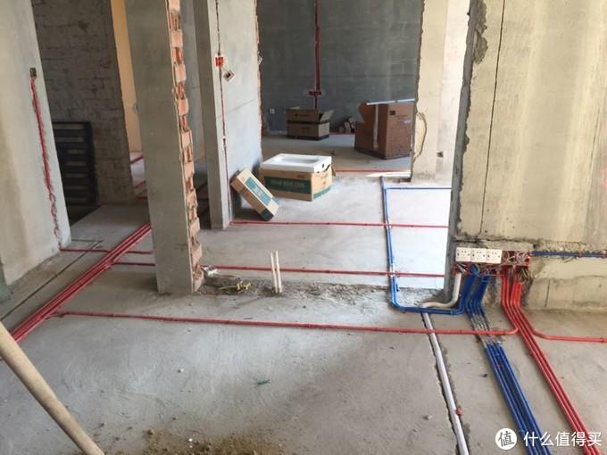 电视墙。白管走了hdmi线,光纤音频线和usb音频线,蓝管走的网线和音响线,还预留了一根空的线管接到了沙发后的弱电箱备用。