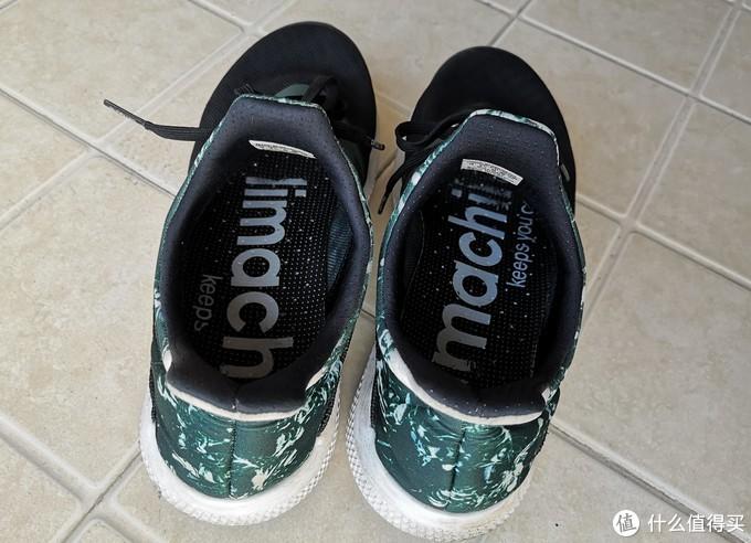 鞋内有climachill字样,鞋垫有透气孔。
