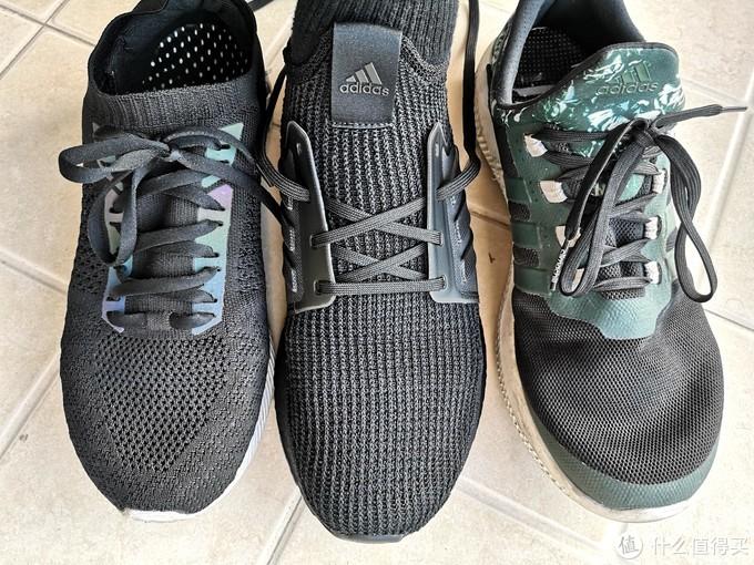 三款鞋的鞋面各有特点。左李宁鞋面非常柔软,透气孔较大;中间UB 19织面弹性十足,透气孔紧密;右侧冰风鞋面丝丝分明,手感冰凉,极度轻薄。