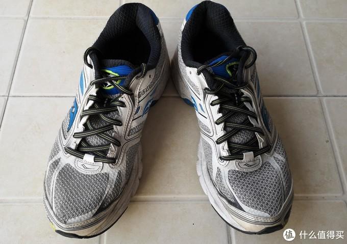 外形颜值还算在线的专业跑鞋。