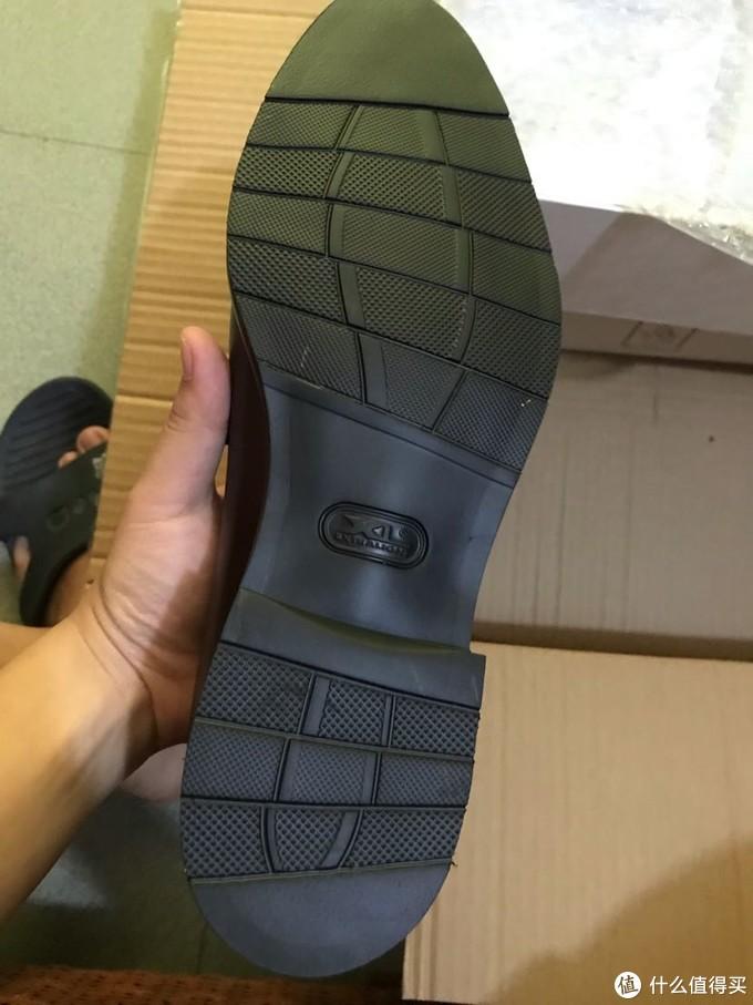 这个是胶底,选的运动鞋脚感的,皮底玩不起,买了还要钉铁片,贴块胶防滑,这不是折腾嘛!