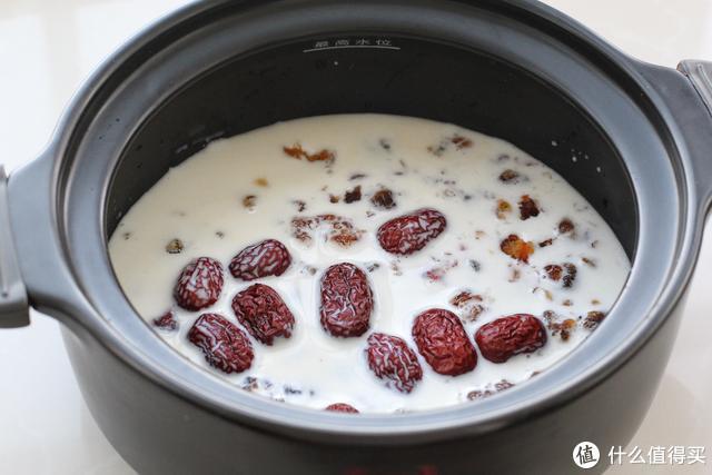 红枣桂圆桃胶炖奶,每周喝两次,气色红润有光泽