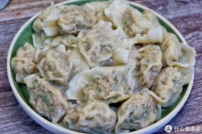 好吃不过饺子,妈妈今天调的馅,又香又鲜,皮薄馅大,一口一个太过瘾啦