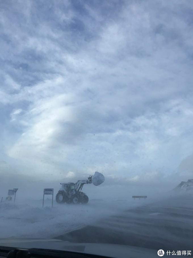 冬季服务的铲雪车