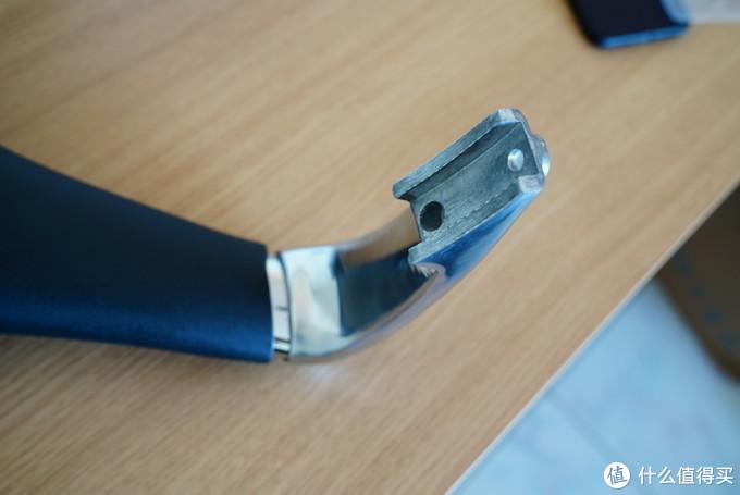 扶手同样采用合金材质,边缘圆滑无毛刺