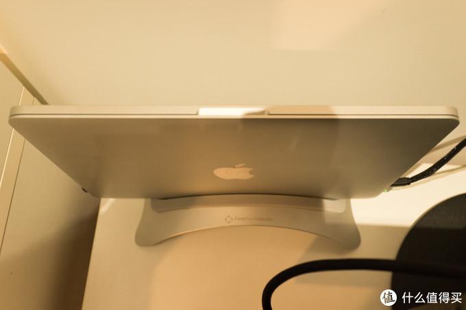 油腻中年男士的桌面改造:家境贫寒、桌子又小应该怎么不油腻地布置电子设备!