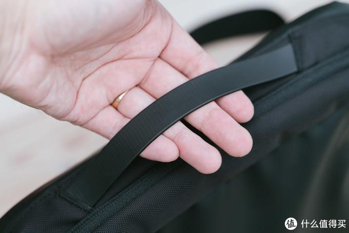 你看这个包,好看又好背,经拉又经拽—tomtoc弹道尼龙单肩背