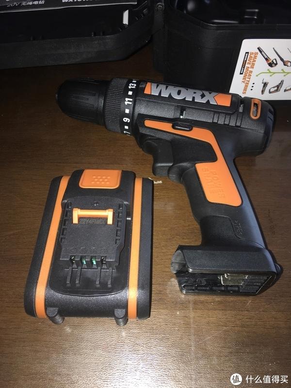 分体状态的20V橙色平台小脚电池和充电钻本体。