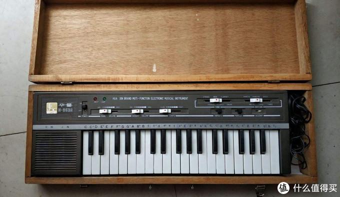 图片来自网络,大致就是这种了,电子琴在木头盒子里面,相当的沉,当年我是两只手轮流拎去学校的。