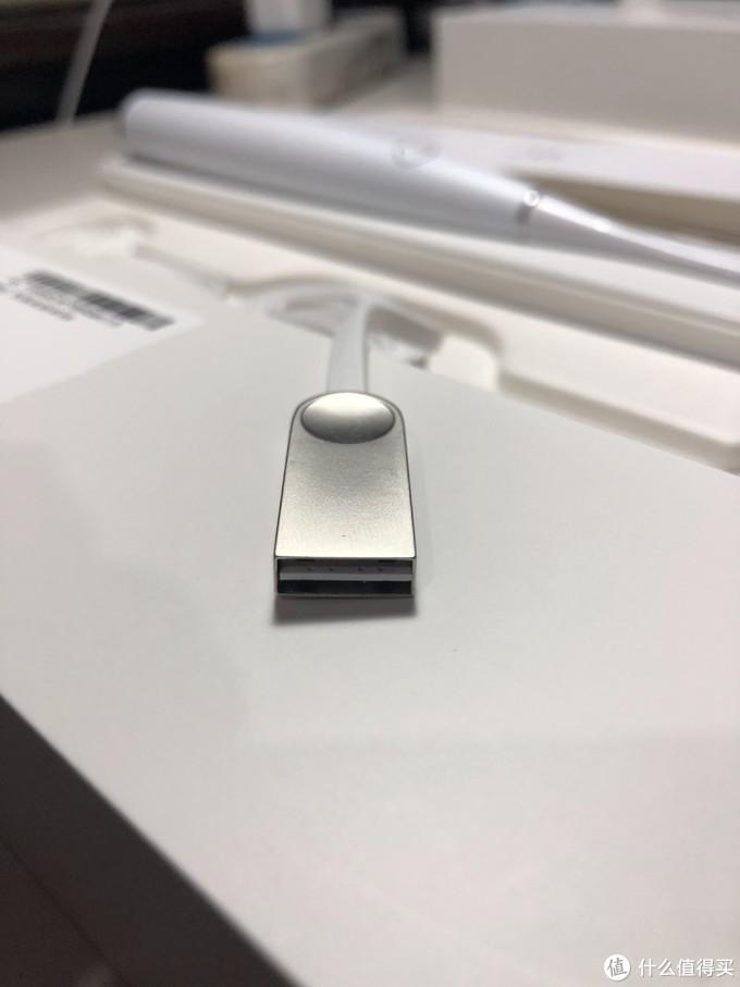 USB接口还算比较个性,正反都能插,不过触点容易歪,导致有时候容易接触不良
