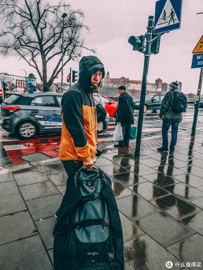下火车就赶上下大雨,懂了什么叫城市户外,打伞的没几个,衣服基本都防点水,【穿梭】抗这种雨也没有问题,里面东西都没事