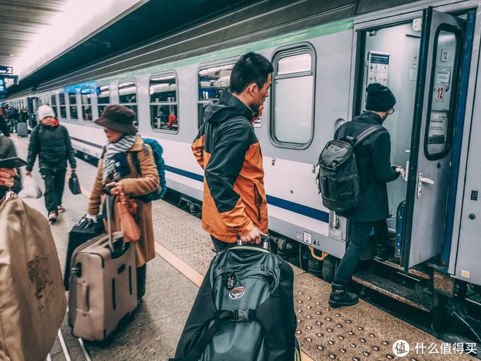 上欧洲的火车宽度放心,进得去~行李架上也刚好
