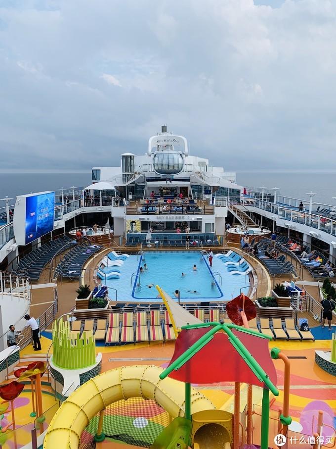 甲板上大面积的泳池,正中间那个球就是北极星