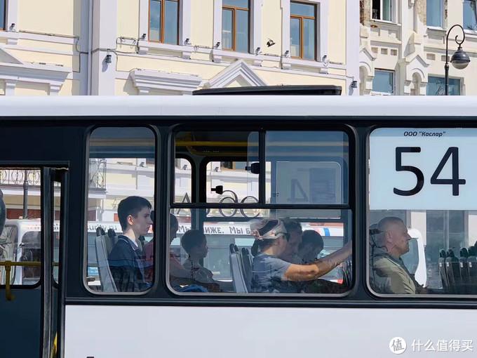 公交车上正襟危坐的小哥哥