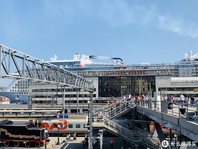 火车站旁边就是码头。光谱号是第一次停靠海参崴,晚上起航的时候几千名当地民众前来送行,场面很壮观