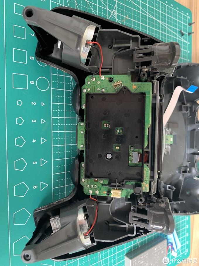 电池仓的螺丝,电池仓上部是触摸板排线