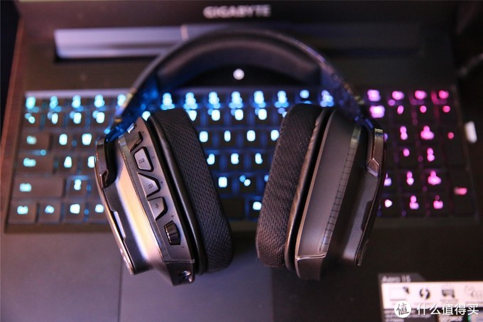 再来看耳机左耳,单元上有6个调节开关,后面会为大家介绍,耳罩单元部分的厚度基本上跟赛睿Elite Prism差不多,但看起来G633要稍微苗条一点。