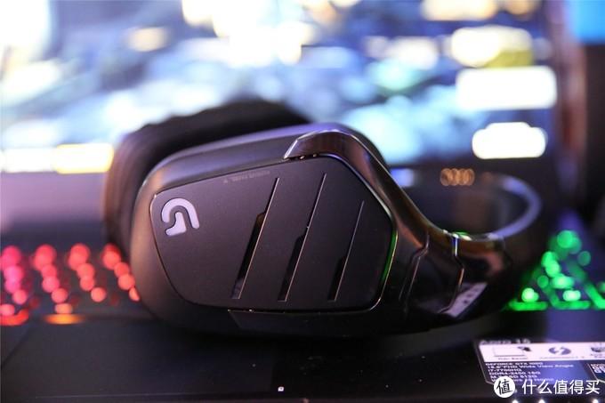 """耳机外观方面罗技G633跟之前的G35还是有不少相似之处的,但细节变化相当大,耳机整体材质还是全塑料结构,耳机40mm的单元罗技官方称为""""PRO-G""""驱动单元。"""