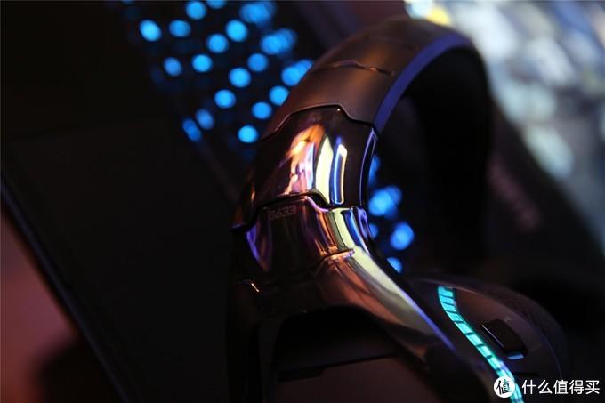 G633外观属于很能抓住特点的设计风格,头梁末端镀镍漆面设计是亮点,好在耳机外观没有多少堆料的文化,G633算不上是做工精致但也是细节做的很严谨了,RGB led灯光系统对于桌面搭配也更简单融洽了。