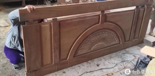 上图:传统木工制造木门