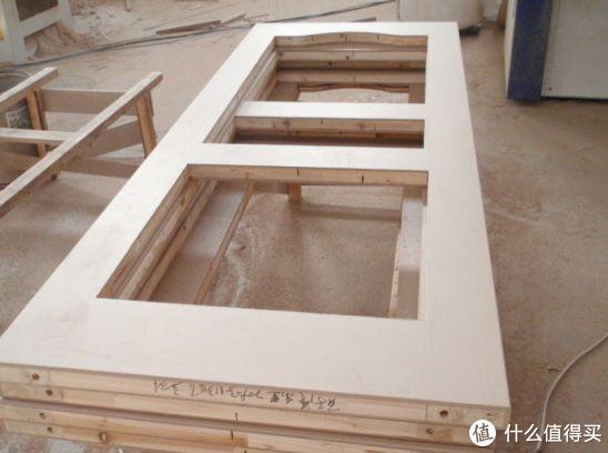 上图:实木复合门的龙骨框架