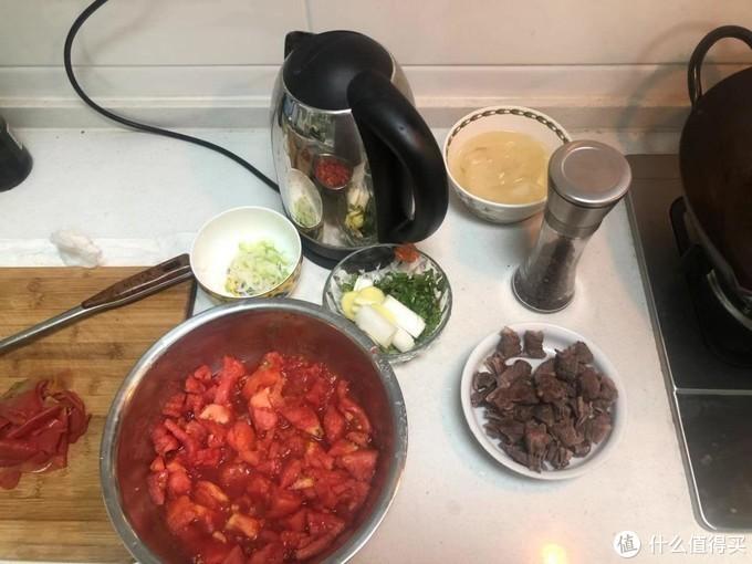 西红柿去皮,牛腩提前用高压锅压熟变软