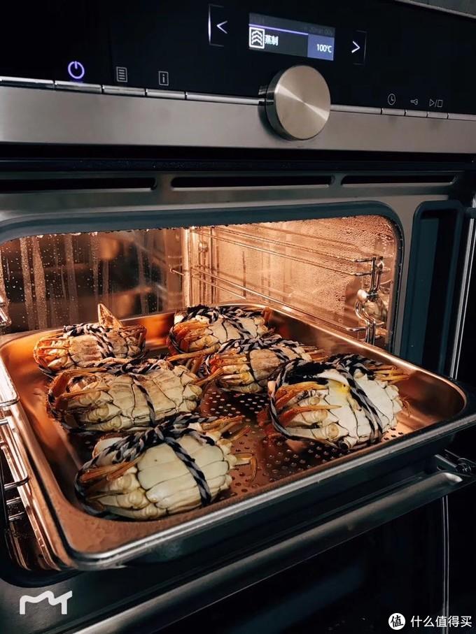 蒸螃蟹现场。对要倒过来,保持蟹黄和汤汁。蒸制是90度20分钟。我看西门子的产品介绍说,90度是保持营养最佳的温度,每个区域气压不同,可以调节。拍照时我还没调温。