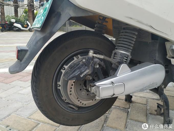 后轮的碟刹就比较小,刹起来也不太给力。但是刹车太灵敏车轮会抱死,然后打滑翻车,我曾有一侧惨痛的经历。