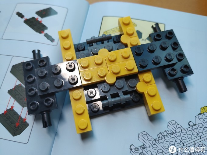 查看说明书,这套积木的大黄蜂汽车和大黄蜂变形金刚两种形态是需要分别组装的,而不是两种形态下相互变形。组装两种形态绝大多数零件为通用,比如装好了大黄蜂汽车后,再想装变形金刚就得拆掉汽车方可组装。此次选择更加简单的汽车形态组装。上图为车辆底盘形态,各零件接合较为紧密。