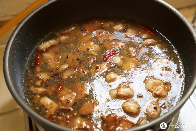 加一碗水将肉片煮一下