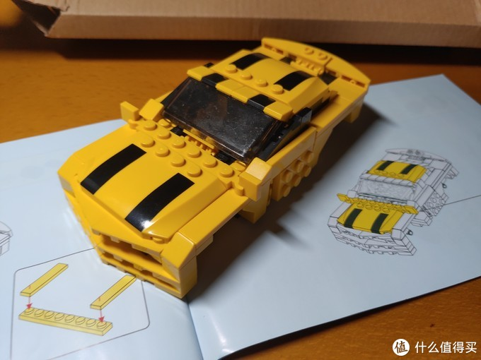 安装带有黑色条幅的引擎盖及车顶部件后,大黄蜂雏形显现。