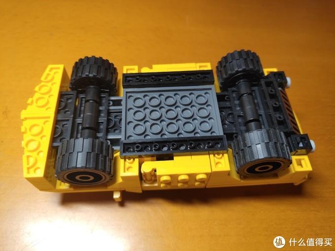 底部细节,轮胎为橡胶材质,可独立转动。