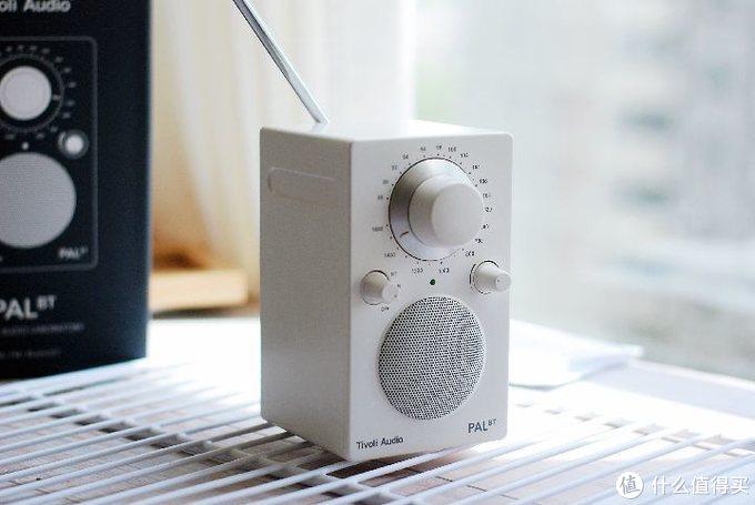 音源调档,有FMAM,蓝牙传输和关闭。想听收音机时,调至FM或AM,旋转正上方调谐盘来旋钮,我试过灵敏度和清晰度较好,而且手感也很棒