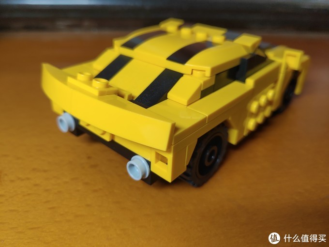 车尾翼可转动立起,下方有排气管及扩散器等车辆细节。