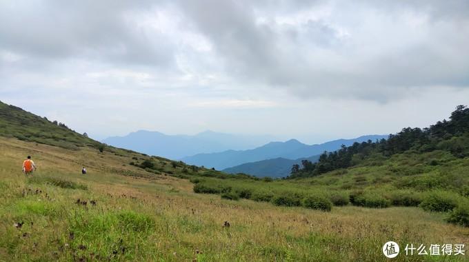 从大梁到二梁下山需要1个小时,这里是返回到二梁草甸拍的。