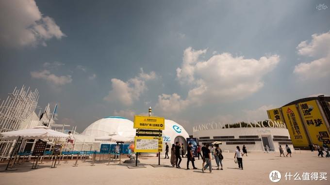 进场后可以看见有个饿了么的火箭餐厅,兰蔻的展馆,右边就是主会场入口了
