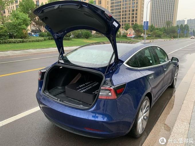 这个尾门居然不是电动的,一个电动车居然尾门不是电动的,真心不能理解,虽然我身(bu)高(rong)一(zhi)米(yi)九,高大帅气能够得到,但也想要个电动尾门啊!!
