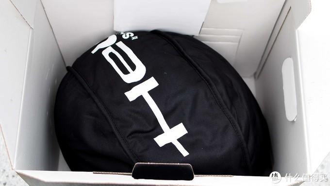 ▲▲▲打开内盖,头盔就静静的躺在包装盒里