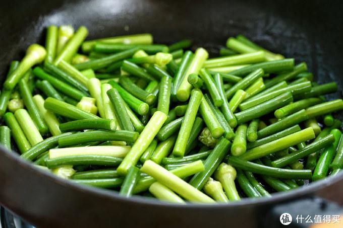 小时候过年才能吃到蒜苔炒肉,做法虽简单却最下饭,隔两天不吃就馋