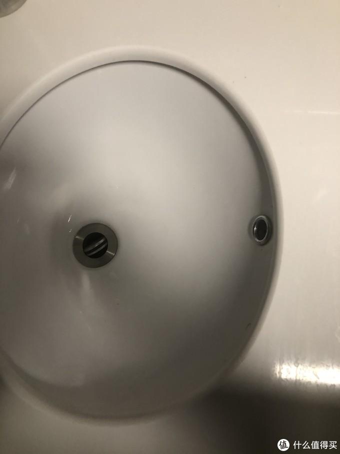 选购下水器的时候需要注意台盆是否带溢水口(右边小孔),如果有溢水口需要选购带溢水口的下水器