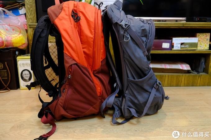 侧边,光线侧袋是拉链(其中一边,另外边也是弹力侧袋。) 对流多一个上方压缩袋,可以有效控制背包的大小。