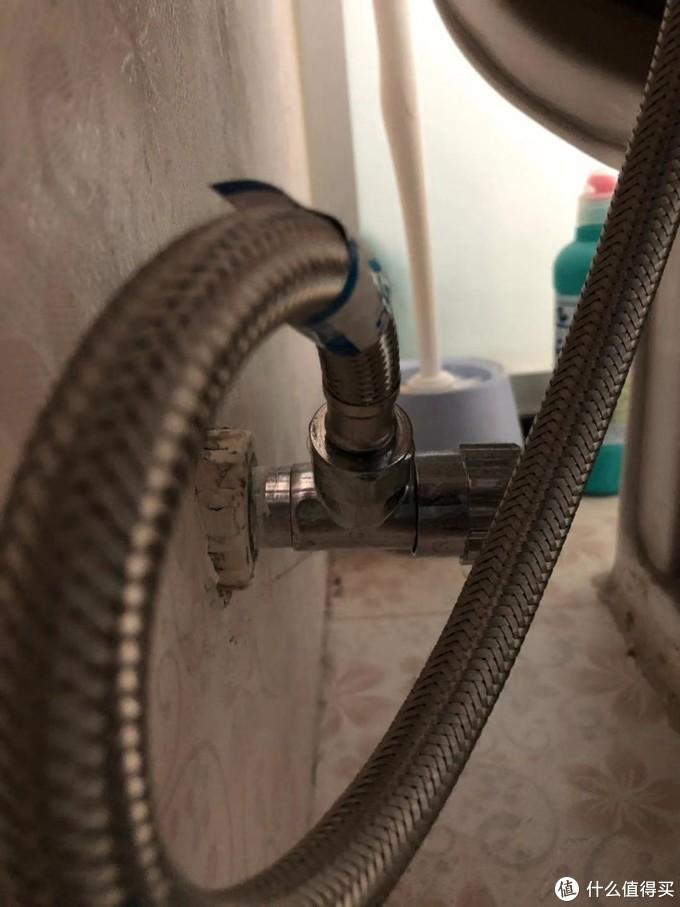 马桶后面的角阀与软连接