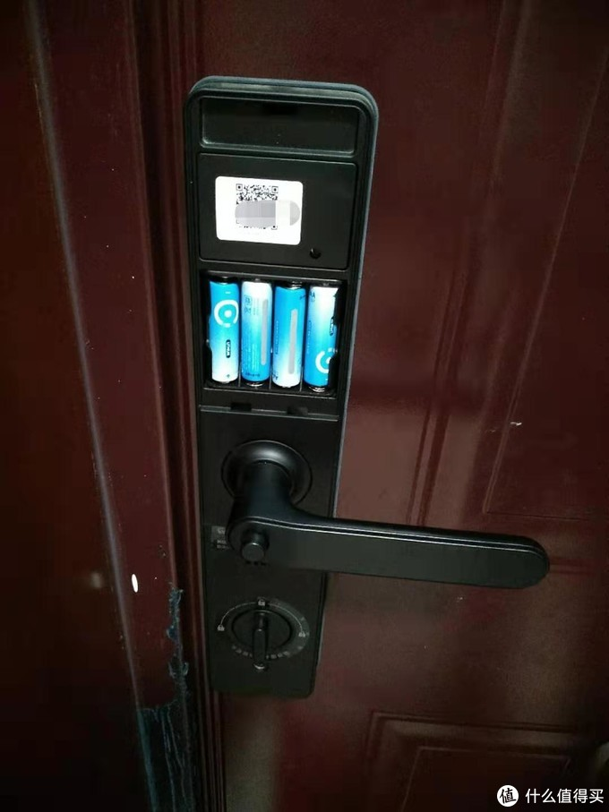 电池仓打开,附有锁体识别二维码,连接手机app时需要扫此码,但是估计信息仅仅为门锁型号,因为不扫码也可以手动选择型号。