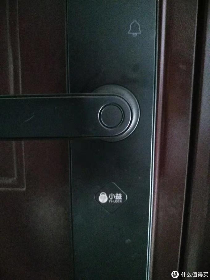 正面指纹识别,小益磁吸logo,按小方块下方即可翘起拿下,露出机械钥匙孔