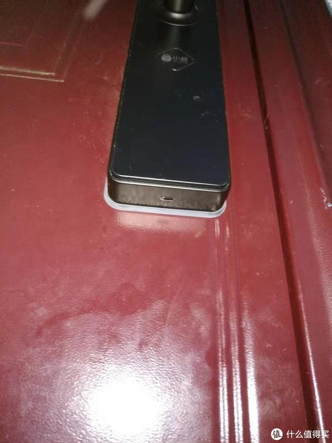 门外下方是应急电源接口,microusb接口,电池没电时可以接充电宝供电开门,当然也可以用机械钥匙开门